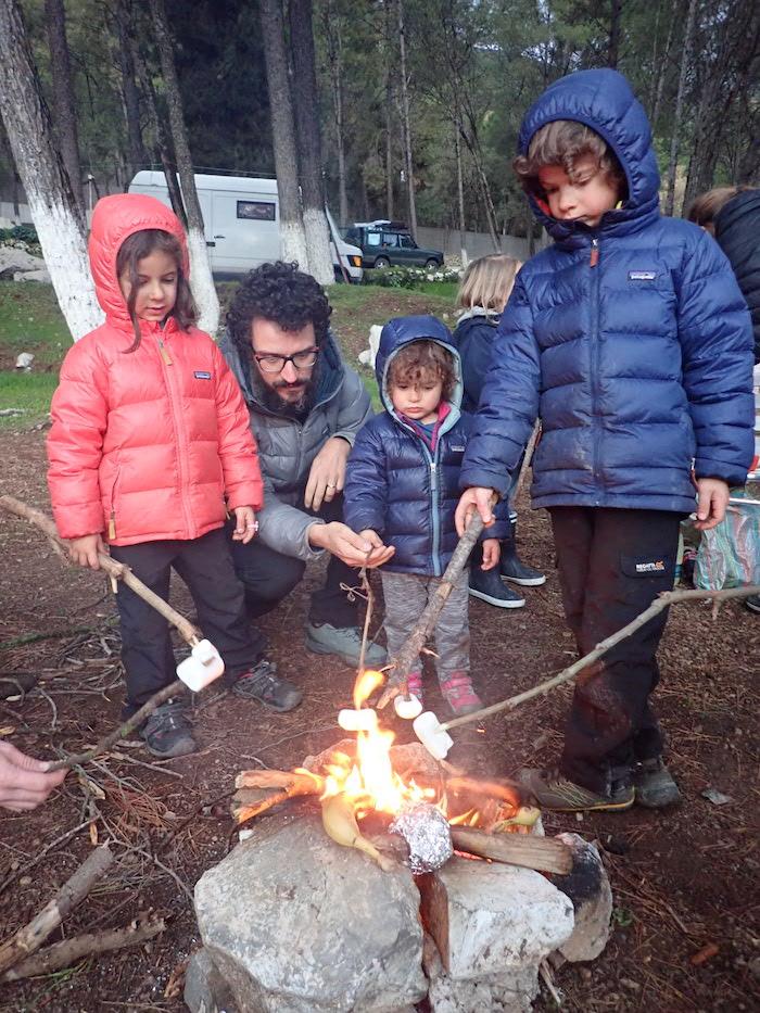 feu de camp en famille et marshmallow grillés