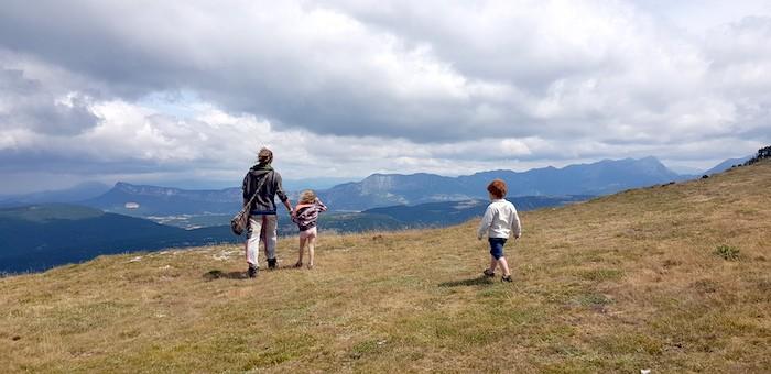 Balade en pleine nature avec les enfants. Vue panoramique