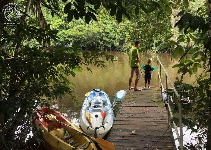 Pere et fils en guyane faisant du canoe