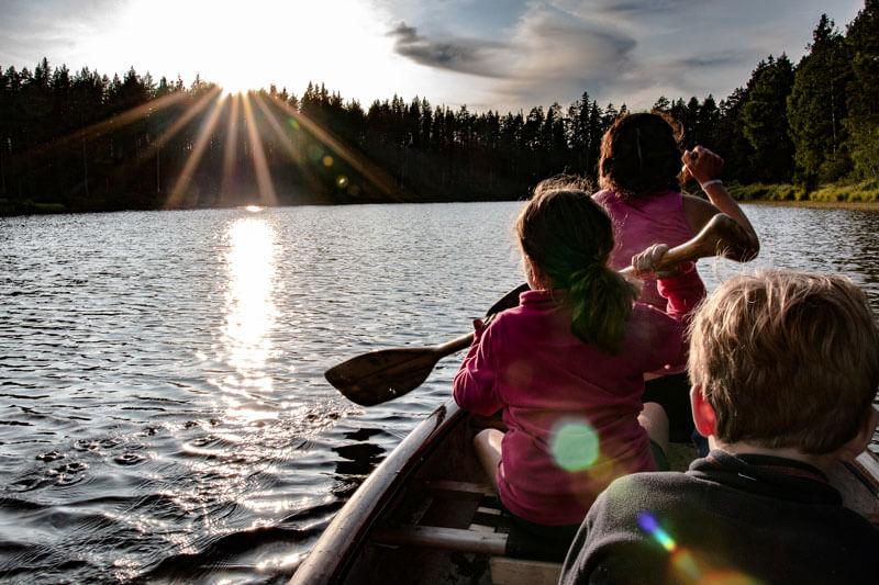 voyage en laponie ne famille et canoe sur un lac