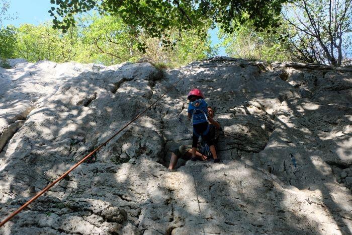 famille et enfant pratiquant l'escalade dans les gorges du crossey