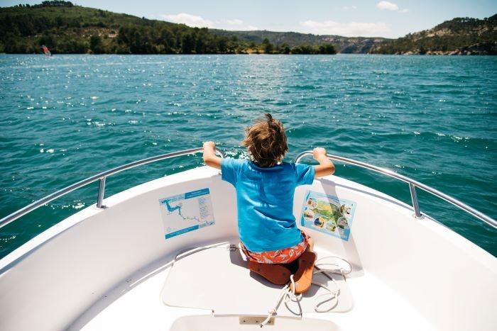 enfant sur bateau gorge du verdon