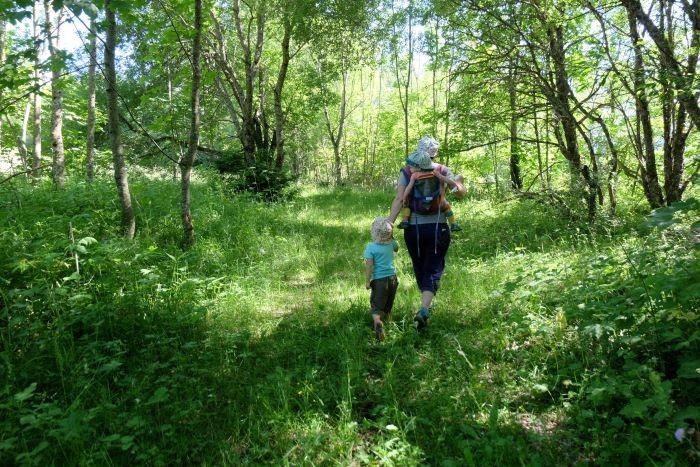 famille en randonnée orientation au col de marcieu
