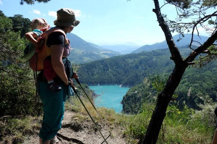 famille en randonnée autour du lac de montaynard