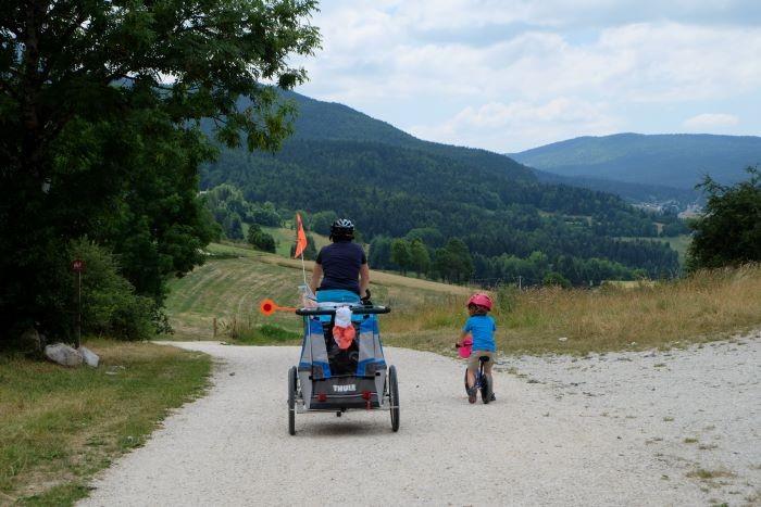 famille à vélo sur la via vercors