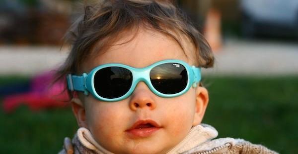 Lunettes de soleil pour bébé : comment bien les choisir ?