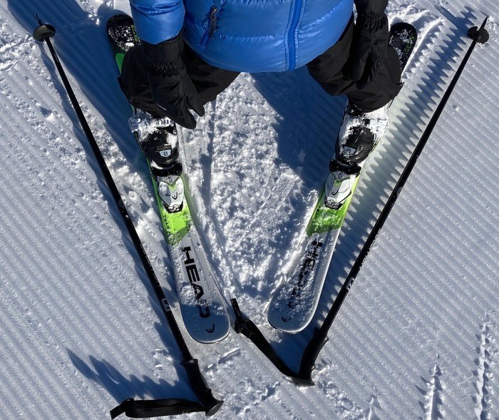 """Positionner les skis le long des bâtons en """"V"""""""