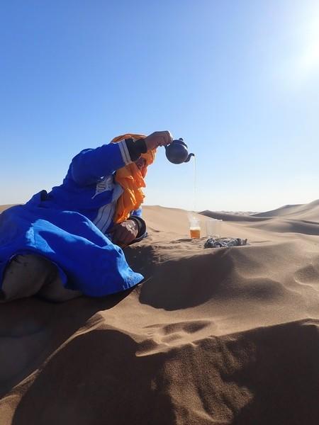 Le traditionnel thé à la menthe en plein désert