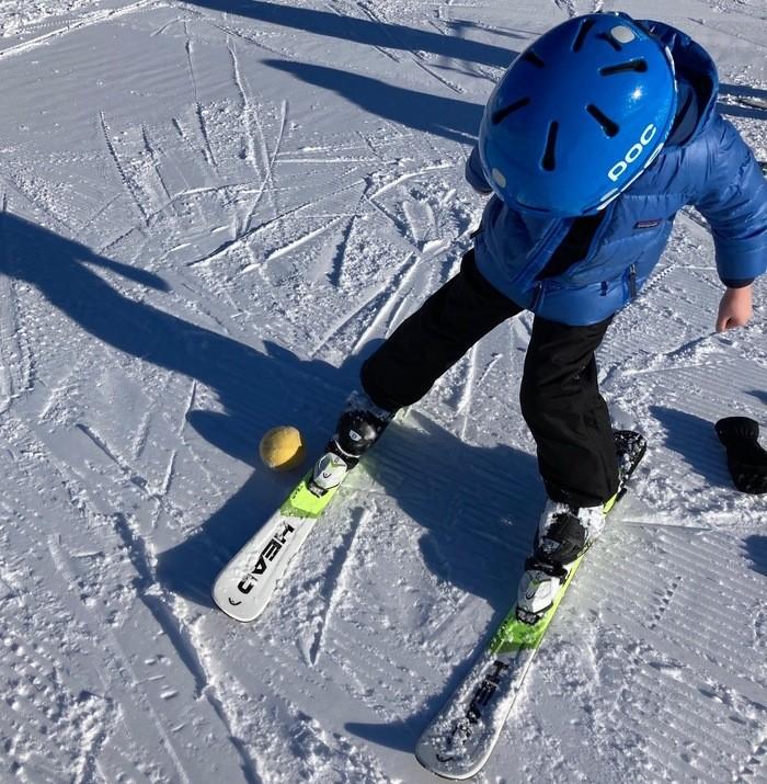 Mettre le ski sur la carre pour la position du chasse-neige
