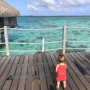 Accrochez vos ceintures, parez au décollage ✈ : ce soir, on vous emmène à Tahiti 🏖, chez @souslescocosenfamille !   On a tous besoin de rêver un peu en ce moment. De l'eau transparente 💦, du soleil ☀, des cocotiers 🌴, qui vote pour ? 🙋 . . . 👉 Vous aussi partagez vos moments nature, en voyage ou lors de microaventures, avec le hashtag #barouderenfamille !  #tahiti #frenchpolynesia #polynesie #barouderenfamille #family #naturelovers #island #petitsbaroudeurs