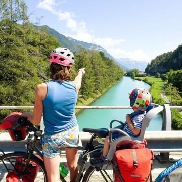 Et si cet été 🌤 vous partiez à la découverte de la Suisse 🇨🇭 à vélo 🚲 en famille ?   👉 La route des lacs, aussi appelée