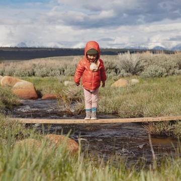 ⚡ Tout nouveau, tout chaud ⚡ La doudoune Baby Down Sweater Hoody de Patagonia est arrivée ! 😍   La doudoune, c'est une veste incontournable pour les kids 👧🧒 ! Elle apporte chaleur 🔥 et confort quand il fait froid.   Celle de chez Patagonia est vraiment taillée pour l'aventure : ➡ elle est déperlante 💦 et coupe-vent  ➡ elle résiste aux déchirures avec sa matière en polyester recyclé mini-ripstop  ➡ elle est ultralégère (224 g) et ultracompressible pour la glisser dans votre sac 🎒   Mais surtout, elle est en matériaux 100 % recyclés ♻💚  (Lien en bio 👆👆👆)  #patagonia #doudoune #enfant #patagoniakids #winter #hiver #ecoconception #recyclage #outdoor #petitsbaroudeurs
