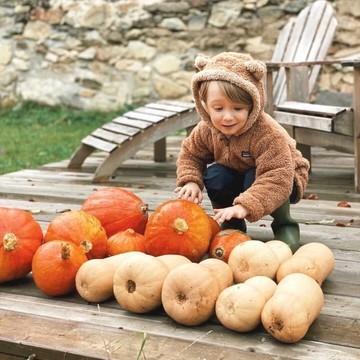 L'automne 🍂, ça a du bon : ça permet de sortir les vestes trop mignonnes pour les oursons 🐻, comment cette adorable veste Baby Furry Friends Hoody de chez Patagonia fraîchement arrivée dans la boutique 😍  Elle est chaude 🔥 et toute douce pour les petits bouts, mais pas uniquement : elle est en polyester 100 % recyclé ♻  👉 Patagonia est une marque que l'on affectionne bien évidemment car elle porte des valeurs qui nous parlent : engagée, elle œuvre à préserver l'environnement, à produire des vêtements de manière éthique, tout en étant au top techniquement ❤️  (Lien en bio 👆👆👆)  📸 : @mountains_family_life  #patagonia #newin #hoody #baby #ethique #ecologique #naturelovers #winter #hiver #petitsbaroudeurs