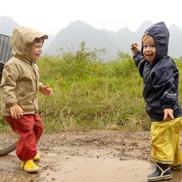 Ils n'ont pas l'air heureux ces deux oursons ? 😍   Figurez-vous qu'ils sont en Chine 🇨🇳 ! Les De Ruffray ont décidé de partir explorer l'empire du Milieu, qui a été leur terre d'accueil pendant un temps, avec leurs trois enfants de moins de 3 ans 👶👶🧒 Autant dire que ce couple de jeunes baroudeurs n'a pas froid aux yeux 😅 et nous prouve que voyager avec des petits bouts, c'est possible !   💻 Sur le blog, nos ambassadeurs nous livrent le récit de leur aventure pour le moins pluvieuse 🌧 et nous emmènent découvrir la région de Guilin, le long de la rivière Li, entre randonnées pédestres dans les rizières 🌾 et pics karstiques à vélo 🚲 : ma-gi-que !   (Lien en bio sur @lespetitsbaroudeurs )  #chine #empiredumilieu #china #guilin #familytrip #expatriation #happykids #nature #trip #asie #asia #petitsbaroudeurs