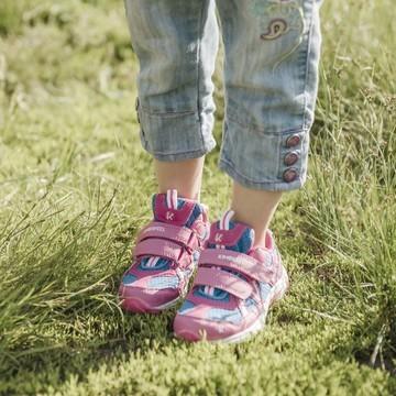 Les beaux jours vont bientôt arriver, à petits pas discrets... On va pouvoir profiter de la montagne en randonnant 😁   Mais pour que les oursons 🐻puissent marcher en toute sécurité, il leur faut des chaussures de randonnée 🥾 qui tiennent la route !  ➡ Respirantes, pour éviter les échauffements ➡ Avec un bon maintien du pied sans comprimer ➡ Poids plume, afin d'éviter que les pieds fatiguent trop vite  👉 Les Pilat de Kimberfeel font partie de vos chouchous, et pour cause : elles offrent un bon amorti et une excellente accroche grâce à leur semelle extérieure en Thermoplast-Rubber. 🤩  Et elles servent aussi bien en rando, que pour aller à l'école 😉  #kimberfeel #pilat #chaussures #rando #randonnee #hiking #randoenfamille #outdoor #outdoorfamily #kids #petitsbaroudeurs