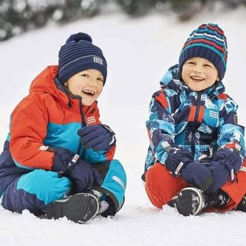 Pour que les oursons 🐻 profitent des joies de la neige ❄, ils doivent être bien équipés ! Il faut les protéger du froid bien sûr, mais aussi de l'humidité 💦et du vent 🌬  👉 Avec ses coutures soudées, la veste de ski Lego Wear Julio est ultra technique. Bien chaude avec sa technologie 3M Thinsulate, elle est aussi : ✔ respirante ✔ coupe-vent ✔ confortable ✔ sans PFC  Elle s'utilise aussi tous les jours pour aller à l'école 😉 : elle a une très grande résistance à l'abrasion 💪 Et on adore son coloris très