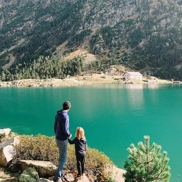 On sent bien que tous les amoureux de montagnes ⛰ trépignent d'impatience de prendre le grand air... 😬  On va croiser les doigts 🤞 pour que l'on puisse profiter à nouveau librement de la nature 🌳 En attendant, on admire la beauté du lac de Gaube, dans les Hautes-Pyrénées, à Cauterets, pris en photo 📸 par @tripandtwins !  👉 Vous aussi partagez vos moments nature, de voyage ou de microaventures en famille, avec le hashtag #barouderenfamille !  #lacdegaube #hautespyrenees #cauteret #familytrip nature #naturelovers #moutainlovers #outdoorfamily #petitsbaroudeurs