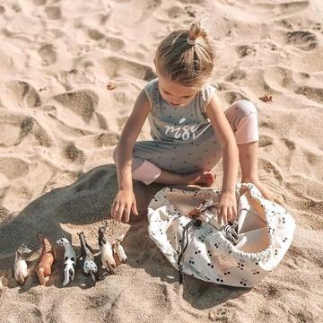 Les sacs à jouets Play and Go sont arrivés dans notre boutique !! 🤗  Si vous trouvez que ranger et surtout transporter les jouets de vos oursons 🐻 c'est vraiment un casse-tête, ils vont vous plaire 😉  Ce mini-sac est idéal pour ranger les petites pièces, comme les Lego, les Playmobil, des voiturettes 🚗 ou encore des figurines.   ➡ Ouvrez ➡ Mettez les jouets dedans ➡ Tirez sur les liens ➡ Et c'est parti !  La bonne idée : s'en servir pour emballer les cadeaux 🎁 de vos minots pour Noël 🎄 en mode zéro déchet ♻😉  (Pour en savoir plus, lien en bio 👆👆👆)  📸 : @everydaywithus_  #playandgo #kids #sacajouet #kidsplay #toys #noel #outdoorkids #travelfamily #petitsbaroudeurs