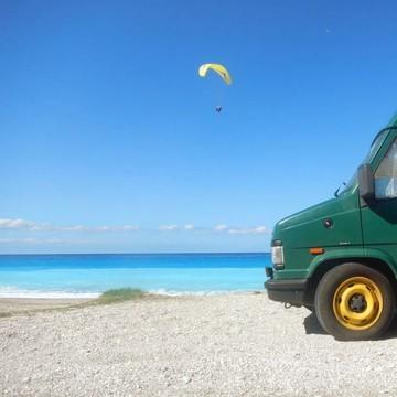 Est-ce que, des fois, on envierait pas un tout petit peu ceux qui vivent en vacances et en van 🚐 comme @champollionlestroisours ?   Ça se pourrait ! 😜  En attendant, on profite de leurs photos qui font rêver 😍 Là, c'est en Grèce, sur la très belle plage de Kathisma Beach ! 🏖  #greece #grece #vanlife #vanlifewithkids #familytrip #petitsbaroudeurs