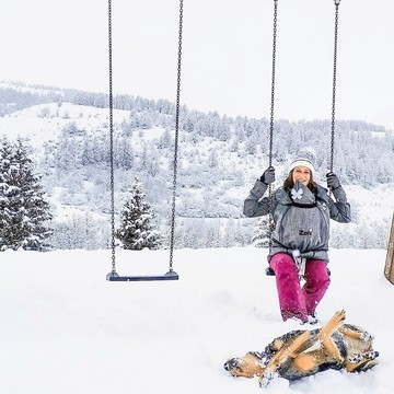 Porter bébé quand il fait froid 🥶 et qu'il neige ❄ ? C'est possible, avec une bonne veste de portage 😌  👉 Avec la Zoli Rainsnow, bébé ET maman sont au chaud 🔥 Sa doublure toute douillette en fait un véritable cocon de chaleur et de douceur ! 🥰  Technique, elle est aussi ➡ imperméable 💦 ➡ coupe-vent 🌬  Elle est aussi certifiée Oeko-Tex, donc sans danger pour votre santé et celle de bébé 👶   Et si vous pensez que c'est un achat qui vous servira que quelques mois, détrompez-vous : cette veste est polyvalente. Grâce à son insert amovible, elle se porte aussi tout au long de la grossesse 🤰, avec bébé dans le dos ou porté sur le ventre 🤱... et même sans bébé ! Son motif inspiré chevron lui donne un look urbain qui permet de la porter aussi à la ville 👌   Vous l'avez compris, c'est un peu une de nos vestes de portage chouchou pour l'hiver 🤩  #zoli #rainsnow #vestedeportage #portage #carryallthebabies #portebebe #hiver #neige #montagne #moutainlovers #petitsbaroudeurs