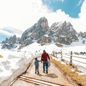 Et si on voyageait un peu ce soir, histoire de rêver ? 🤩 Cette magnifique vue vous est offerte par @lesvoyagesdetao ✨  👉 Sur le blog, nos ambassadeurs vanlifers nous parlent de leur roadtrip en famille 👨👩👦 en Italie 🇮🇹, dans les Dolomites ! Lacs, randonnées, camping, découvrez leur voyage en van 🚐  Attention, vous allez en prendre les yeux avec leurs magnifiques photos 😍📸  (Lien en bio👆👆👆)  #dolomites #italie #lacs #vanlife #vanlifers #roadtrip #family #petitsbaroudeurs