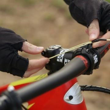 📣 Psssst, on a trouvé un super accessoire si vous voulez vous balader à vélo avec votre ourson, mais qu'il se fatigue rapidement notamment dans les côtes : le système de traction Trax 🔥  Il est juste génial ! Fixé sur la tige de selle, ce câble en kevlar se déroule pour s'accrocher à la potence du vélo de votre enfant en un clin d'œil 👀 afin de le tracter en mode tandem !  ☁  Pèse 90 g 🔧 Simple à installer  💪 Solide  🧍 Supporte un poids jusqu'à 90 kg 💨 Rapide à utiliser 🚲 Adaptable sur tous les vélos   Parfait pour les sorties vélo en famille et pour les trajets quotidiens 😉  #trax #tractersonenfant #velo #bike #kids #VTT #moutainbike #mobilite #SEM #semaineeuropennedelamobilite #mobilitedouce #famille #petitsbaroudeurs