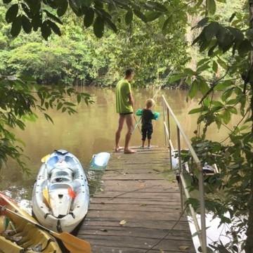 Et si votre prochain projet de voyage ✈ en famille 👨👩👧👦 c'était de partir en Guyane 🇬🇫 ?   Cette région d'outre-mer compte de véritables trésors de nature 🌳🤩 Elle est même idéale pour y séjourner avec des enfants.   Céline de @globetrekkeuse_guyane , ambassadrice Les Petits Baroudeurs, a décidé de partir y vivre en famille. Sur le blog, elle vous donne ses activités coup de ❤️ à faire avec des enfants, ses hébergements préférés et l'équipement dont vous aurez besoin pour vos oursons 🐻 !   (Lien en bio 👆👆👆)  #guyane #outremer #guyanefrancaise #nature #naturelovers #familytrip #petitsbaroudeurs