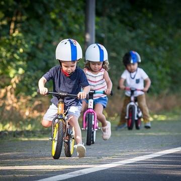 Aujourd'hui commence la SEM 🥳  🤔 Mais c'est quoi ?   👉 C'est la Semaine européenne de la mobilité 🇪🇺  Cette année, pour la 20e édition, le thème est « En sécurité et en bonne santé avec les mobilités durables » ⚠🌎   Pour l'occasion, on vous a concocté un article pour vous aider à vous déplacer autrement et troquer votre voiture 🚗 pour la mobilité douce. Une solution bonne pour votre bien-être et celui de vos enfants, mais aussi pour la planète qui est facile à mettre en œuvre. On vous dit quel(s) moyen(s) choisir en fonction de votre famille !  Rendez-vous en bio sur @lespetitsbaroudeurs !   #SEM2021 #semaineeuropeennedelamobilite #mobilitedouce #ecologie #sedeplacerautrement #zeropollution #bienetre #sante #velo #trottinette #remorquevelo #siegevelo #enfants #kids #famille #petitsbaroudeurs