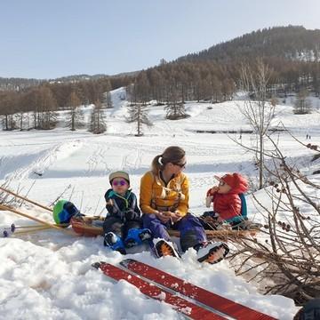❄ L'hiver dernier, tout le monde a été privé de remontées. Cela a été l'occasion pour nos ambassadeurs @kids_outdoortrips de découvrir de nouvelles activités en famille 👨👩👦👦  Eh oui, il n'y a pas que le ski alpin auquel s'adonner à la montagne 🏔 l'hiver !!⛷️❌ ➡ Ski de fond ➡ Ski de randonnée ➡ Pulka ➡ Chien de traîneau ➡ Construction d'un igloo Il y a de quoi faire !  👉 Sur le blog, retrouvez le récit de leur séjour dans les Hautes-Alpes, à Crevoux, et toutes les activités géniales à y faire avec des oursons, hiver comme été !   #hautesalpes #crevoux #moutain #moutainlovers #winter #snow #outdoorfamily #outdoorkids #naturelovers #nature #petitsbaroudeurs