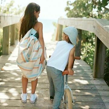 Transporter les jouets 🚗🧸🪀 de votre ourson en voyage ou en vantrip, on en parle ? 😅  👉 On a une solution : les sacs de rangement et tapis de jeu Play&Go ! Pratiques, ils se transportent partout et sont faciles à utiliser pour les enfants 👧🧒 : ouvrez, mettez des jouets et fermez ! L'affaire est dans le sac 😁   ⚡ Le modèle pour l'extérieur est une super idée pour les parents nomades : plage 🏖️, pique-nique 🥪, voyage ✈ ou même dans votre jardin 🌳, il permet d'isoler les bébés ou les plus grands du sable, de la terre ou de l'humidité.   En TPU souple, contrairement au PVC, polluant pour la planète, sa matière est : ✔ sans odeur 👃 ✔ biodégradable 🌱 ✔ recyclable ♻  Découvrez vite tous nos modèles dans notre boutique !   📸 : @laurapalaciosphoto via @playandgo.eu⠀⠀  #playandgo #sacderangement #tapisdejeu #tapisdeveil #kids #baby #trip #petitsbaroudeurs