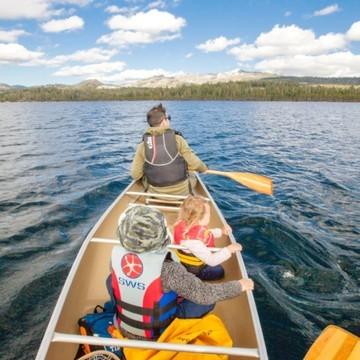 Faire du canoë 🛶 avec ses enfants, c'est une super aventure 🤩  Nous avons testé l'été dernier, et on peut dire qu'on a adoré, et nos oursons 🐻 aussi ! Ça donne l'impression d'être un peu seuls au monde et permet d'avoir un autre point de vue sur la nature 🌳  👉 Paul @_easyadventures_ , féru de canoë et biberonné à l'aventure, a l'habitude de faire du canoë avec ses deux enfants 👧🧒 Sur le blog, il donne plein de bons conseils pour profiter des joies du canoë en toute sécurité et en famille 👨👩👧👦   (Lien en bio 👆👆👆)  #canoe #adventure #aventure #conseils #outdoorfamily #outdoorkids #nature #naturelovers #petitsbaroudeurs