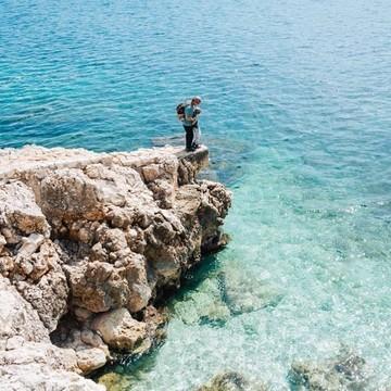 Pas besoin de partir au bout du monde pour voir des eaux turquoises transparentes 😍 et ce n'est pas @lesvoyagesdetao qui vous diront le contraire 👉 Il suffit d'aller à Villefranche-sur-Mer !   Sur leur compte Instagram, leur leur blog et le nôtre, Magali parle de leurs voyages en van mais aussi de toutes leurs jolies balades 🥾 qu'ils font avec leur fils Tao dans ce beau coin de France qu'est la Côte d'Azur, et on peut dire que c'est sacrément beau !  Qui sait, ce sera peut-être votre prochaine destination pour les vacances d'été ! 🧳🌤️  👉 Vous aussi partagez vos moments nature, de voyage ou de microaventures en famille, avec le hashtag #barouderenfamille !  #cotedazur #villefranchesurmer #capdenice #nice #paca #mediterranee #pacatourisme #nature #naturelovers #petitsbaroudeurs