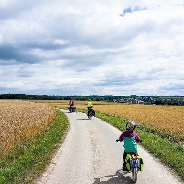 Et si vous partiez à la découverte de la Belgique 🇧🇪 en famille 👨👩👦 et à vélo 🚲?   👉 Passionnée de vélo, notre famille d'ambassadeurs, la famille Matton, a entrepris un tour de l'Europe en vélo 🚲 durant 14 mois. Ils démarrent leur aventure par la découverte de la Wallonie, région francophone du sud de la Belgique 🇧🇪, durant 2 mois avec leurs deux garçons 👶🧒  Sur le blog, découvrez le récit des 1 400 kilomètres parcourus, avec leurs coups de cœur et plein de conseils, en mot et en images, dans un article rempli de chouettes photos 🤩   En tout cas, nous, ça nous a donné envie d'enfourcher les vélos avec nos oursons  pour rendre visite à nos voisins belges un jour !  (Lien en bio👆👆👆)  #cyclotourisme #biking #wallonie #belgique #familytrip #kids #voyageenfamille #petitsbaroudeurs