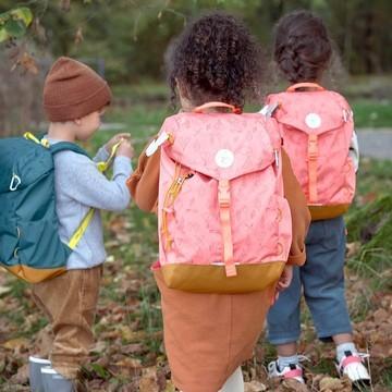 Un ourson avec un sac à dos de rando 🎒 est un ourson motivé pour marcher ! ⚡  Les petits adorent faire comme papa et maman : n'hésitez pas à les équiper d'un sac à dos de rando adapté pour partir à l'aventure ! Ils pourront mettre doudou 🧸, gourde, pique-nique 🥪 et aussi quelques trésors ✨ trouvés en chemin.   👉 Confortables, les sacs à dos 🎒Adventure Lässig sont taillés pour les randonnées ✔ 14 L ✔ déperlants ✔ livrés avec une protection anti-pluie ✔ équipés d'un petit tapis pliant avec isolation thermique  On a eu un vrai coup de ❤️ pour ce modèle ! En plus, Lässig est une marque engagée. Elle propose des produits respectueux de la nature et durable ♻🌍  ⚠ Attention, ils partent comme des petits pains 😬  #lassig #backpack #kids #sacados #enfant #randonnee #rando #equipement #hiking #naturelovers #petitsbaroudeurs